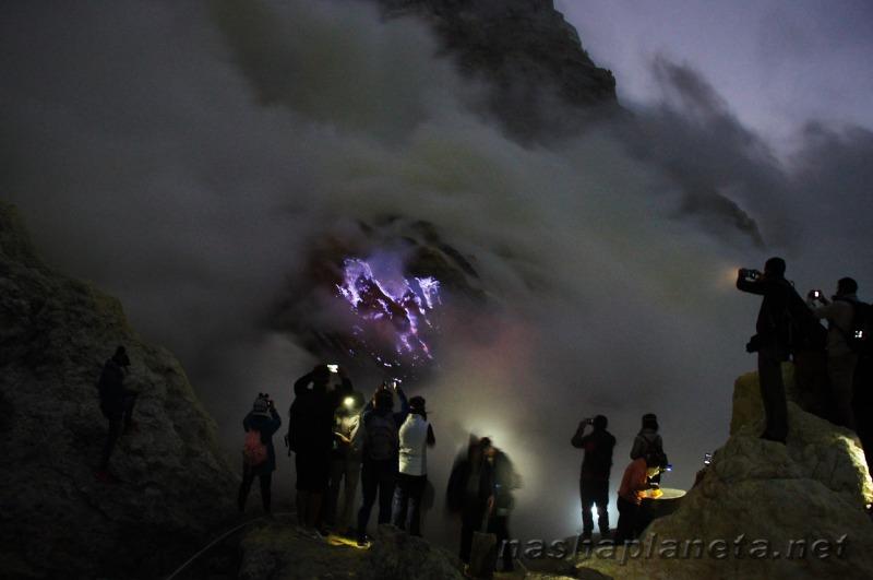 Самый необычный вулкан в Индонезии - Иджен